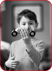 Мальчик и cломанная машинка