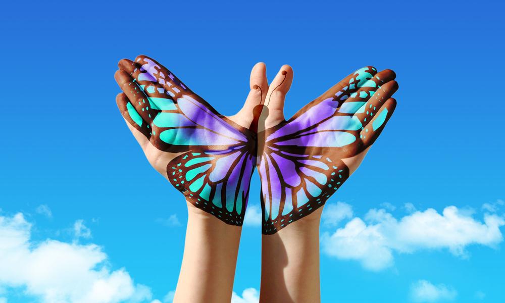 бабочка, руки, via shutterstock