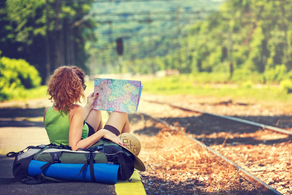 девушка путишествие, перон, карта, via http://www.shutterstock.com/ru/pic-199724069/stock-photo-girl-wearing-backpack-holding-map-waiting-for-a-train.html?src=fpZOmlU-cl77k2LLEIIXJA-1-59