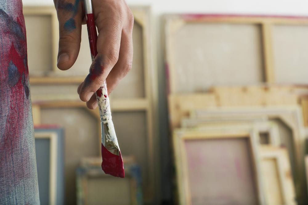 кисть в руке, краска, via shutterstock