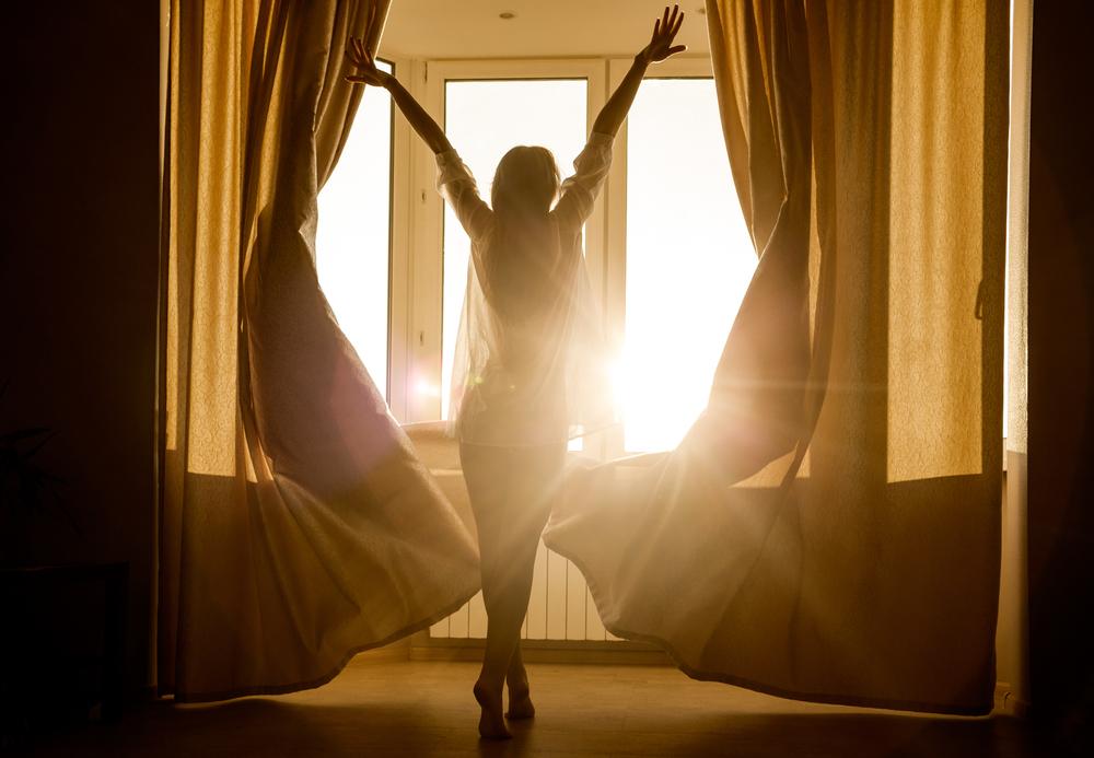девушка утром, солнце, via shutterstock