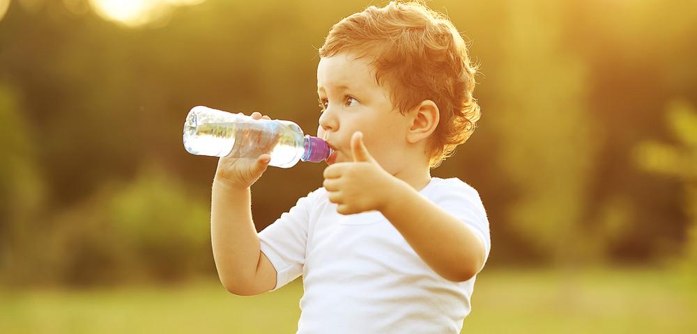 мальчик одобряя пьет воду, via shutterstock
