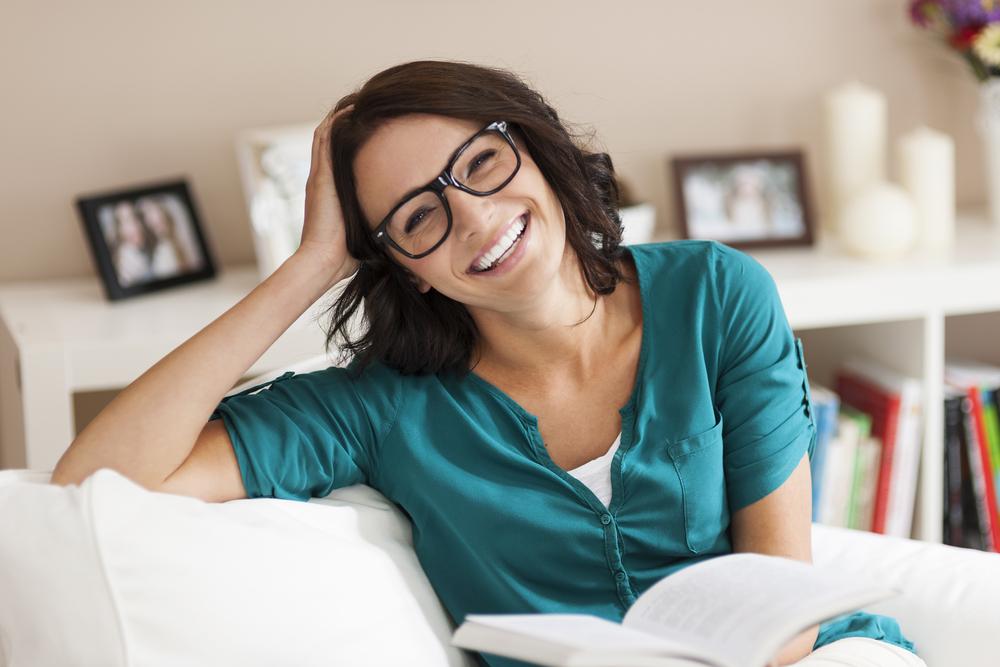 женщина, улыбка, книга в руках, via shutterstock