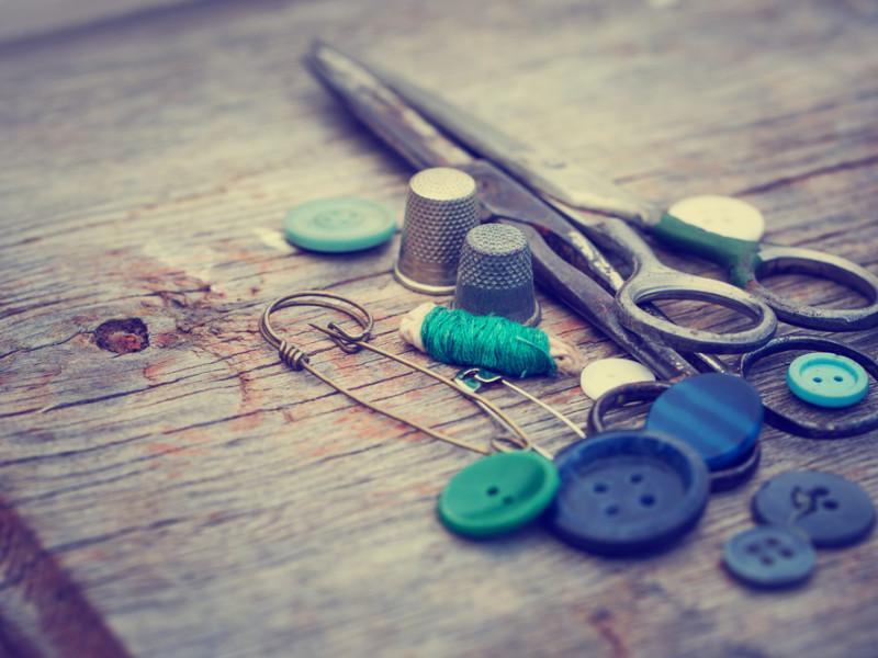 ножницы, пуговицы, via shutterstock