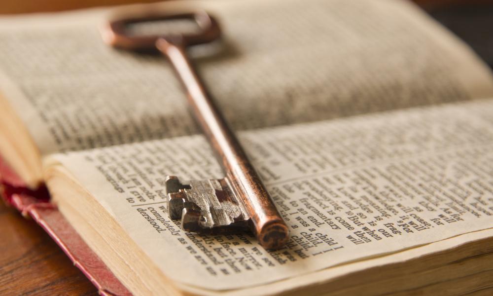 старый ключ, и книга, via shutterstock