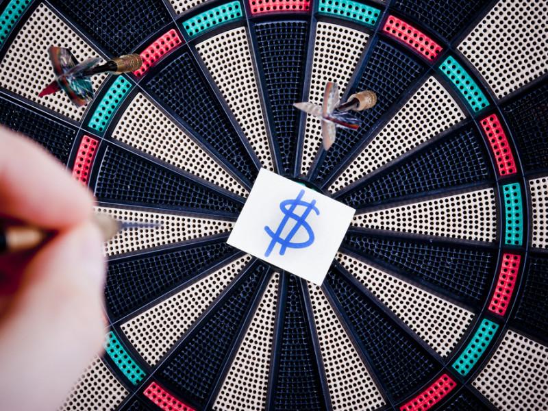 дартс, рисунок доллара, via shutterstock