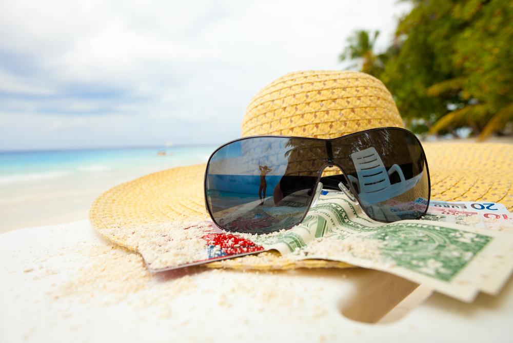 отдых на пляже, via shutterstock