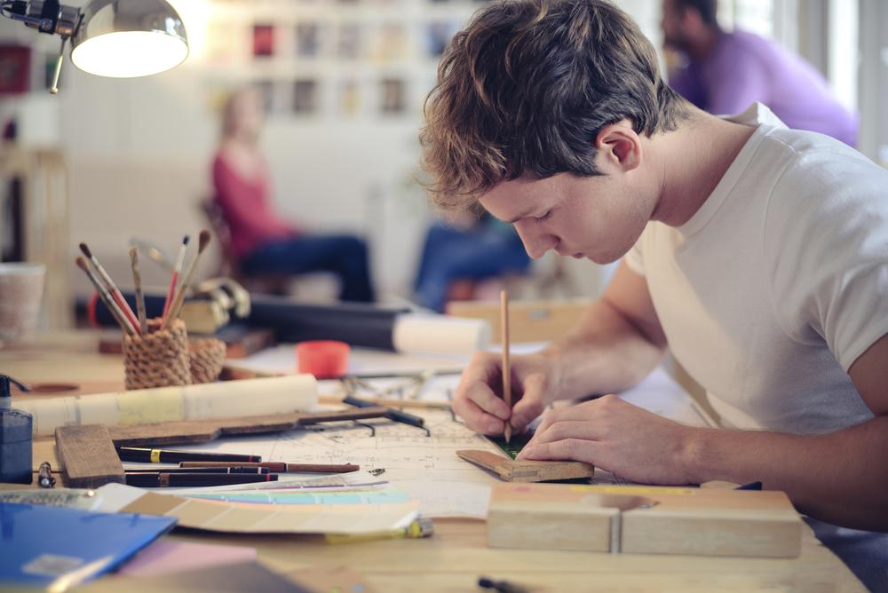 парень рисует, via shutterstock