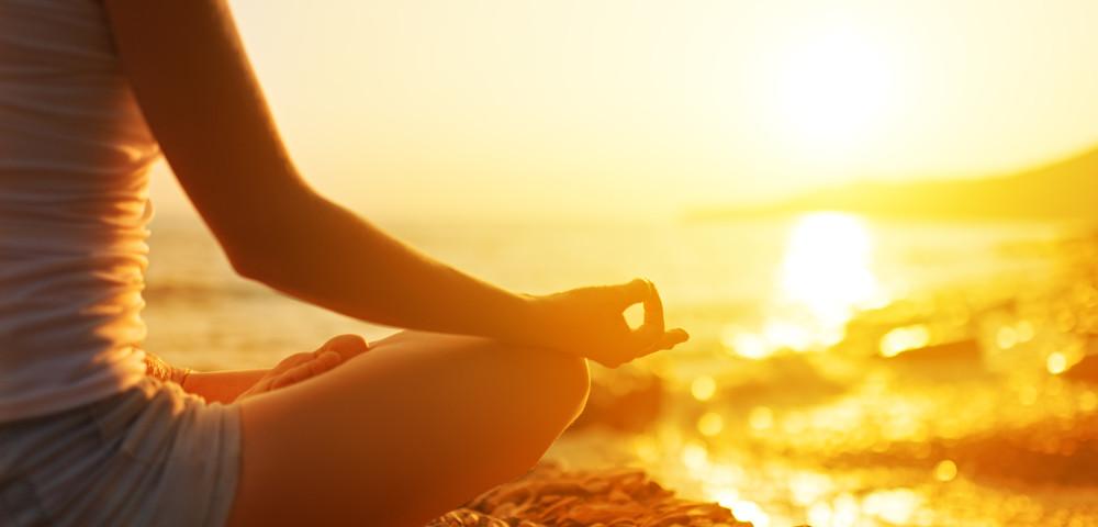 медитация на береге океана, via shutterstock.