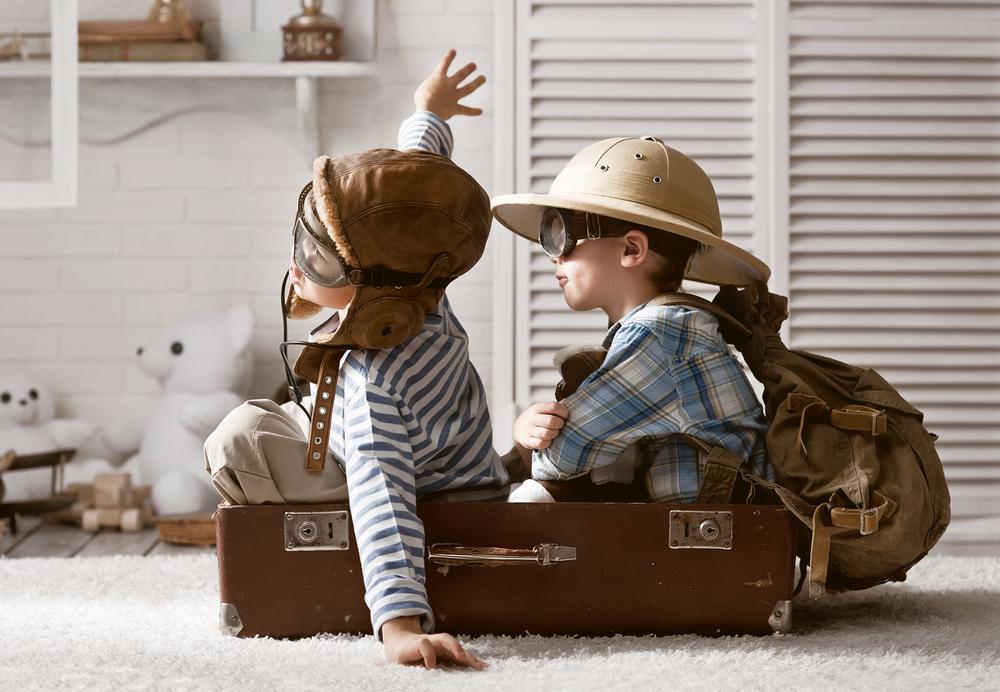 два друга в путешествии, via shutterstock