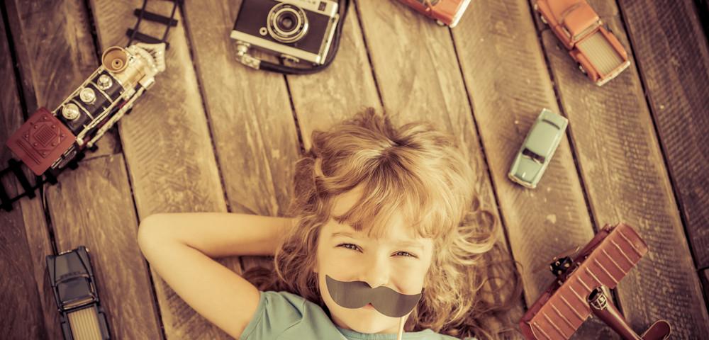 мальчик с винтажными вещами, via shutterstock