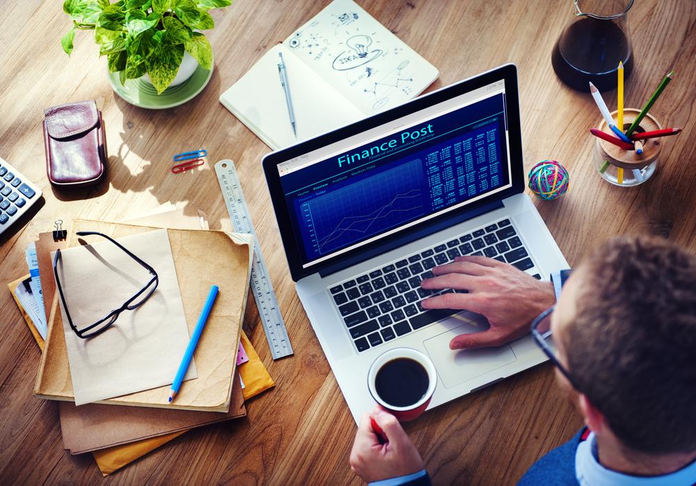 мужчина работает за компьютером, via shutterstock