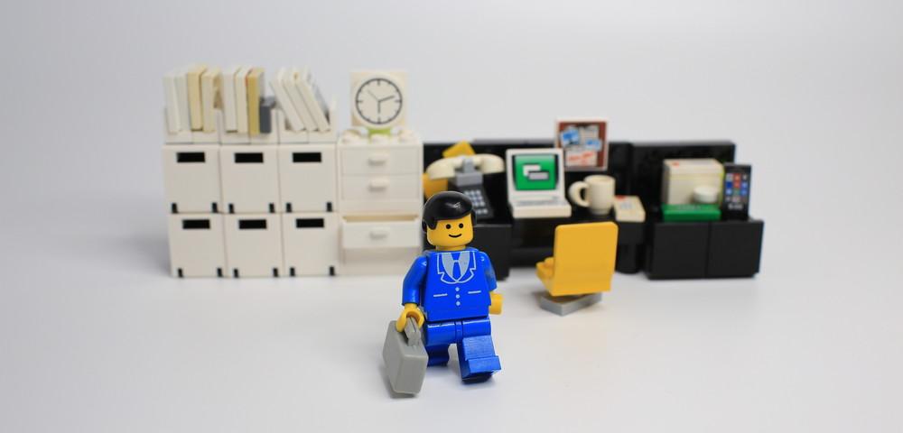 лего человек покидает рабочие место, via shutterstock