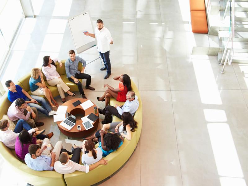 совещание за круглым столом, via shutterstock