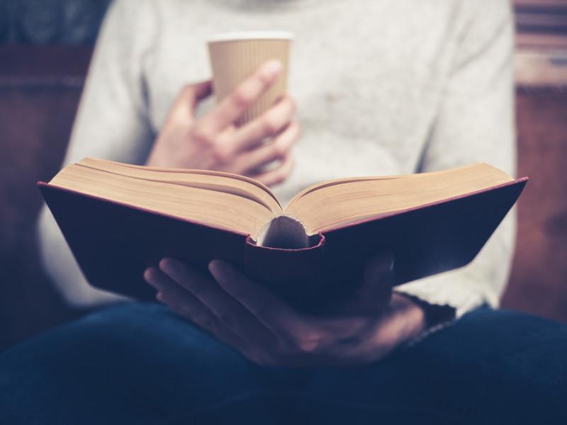 мужчина читает, via shutterstock