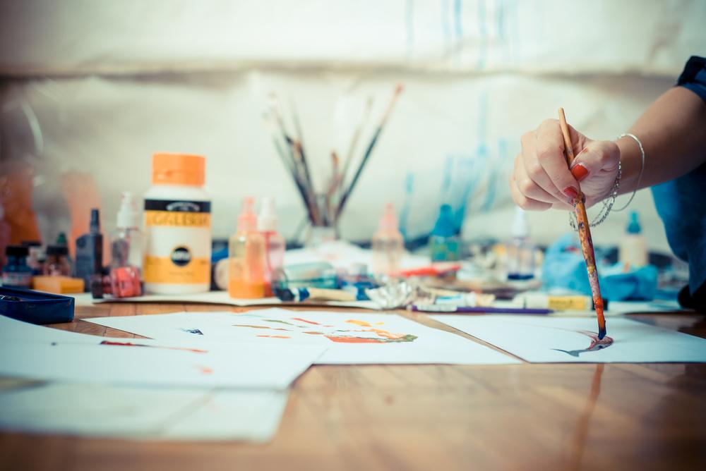 девушка рисует у себя в студии, via shutterstock