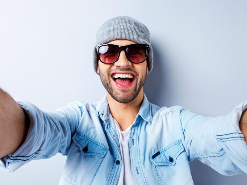 молодой парень, улыбается, via shutterstock