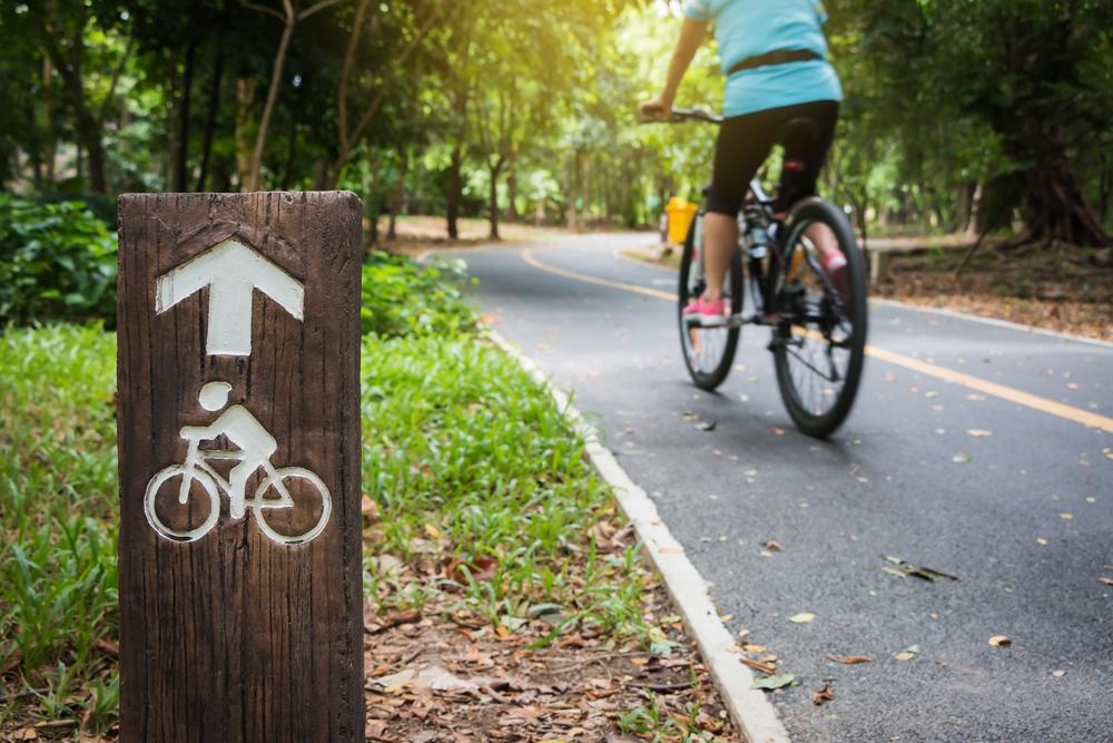 прогулка на велосипеде в парку, via shutterstock