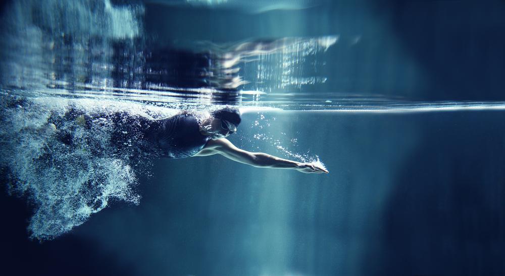 профессиональный спортсмена плывет, via shutterstock