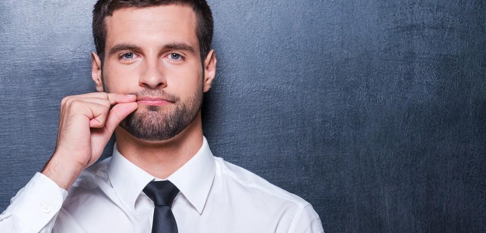 мужчина закрывает рот рукой, via shutterstock