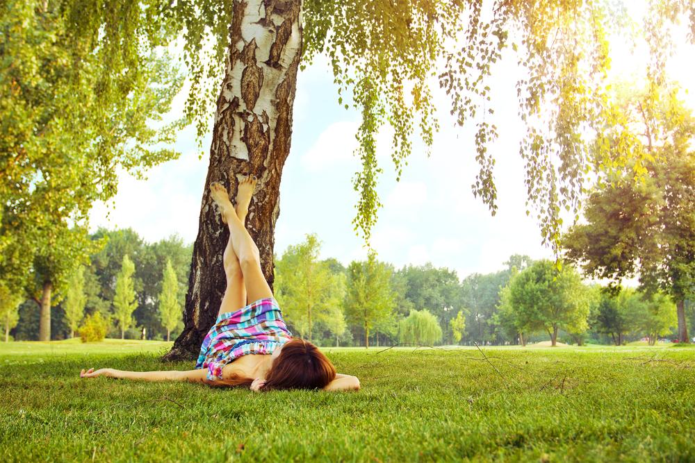девушка лежит под деревом, via shutterstock