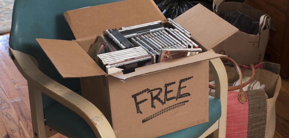 ненужные вещи в коробке, via shutterstock