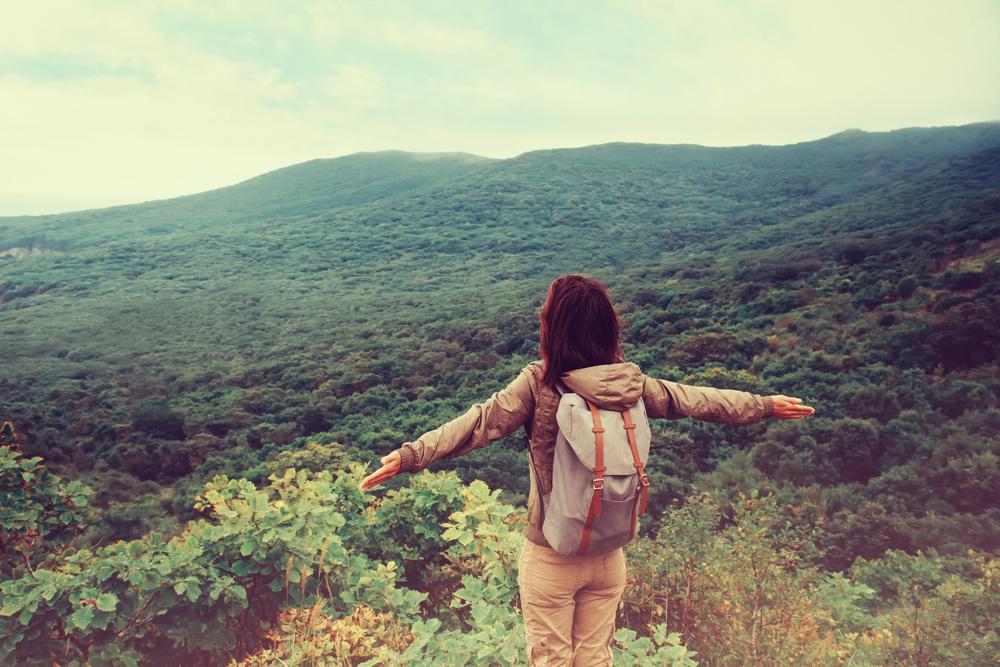 девушка на горе, пейзаж, via shutterstock