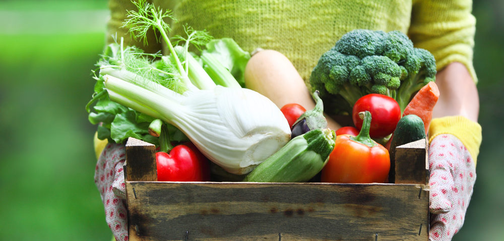 овощи в ящике, via shutterstock