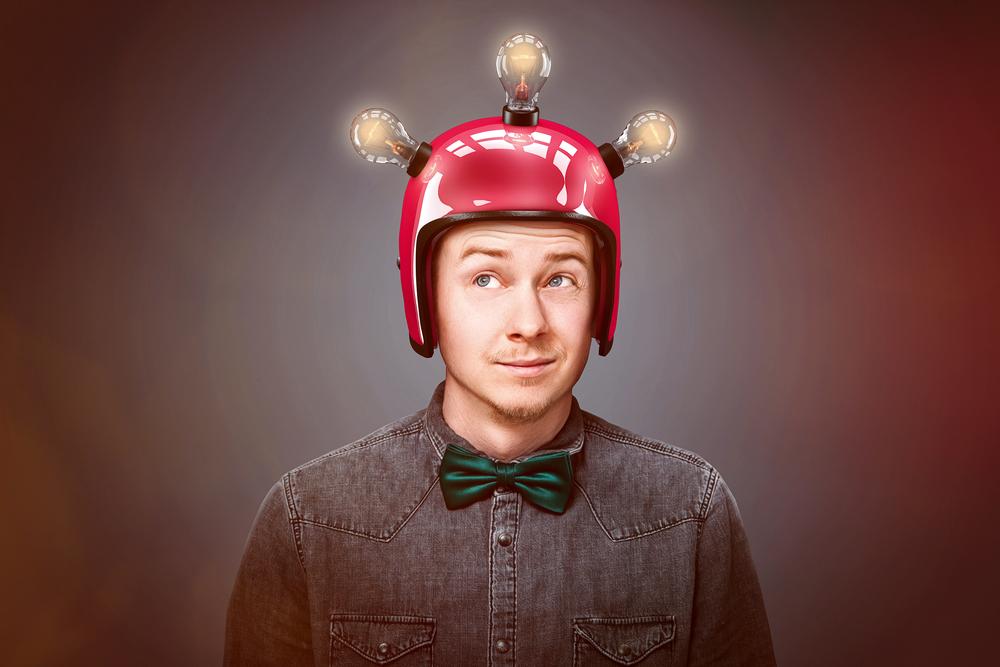 мужчина в шлеме, via shutterstock