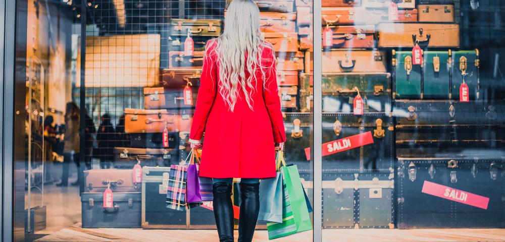 девушка перед витриной, via shutterstock