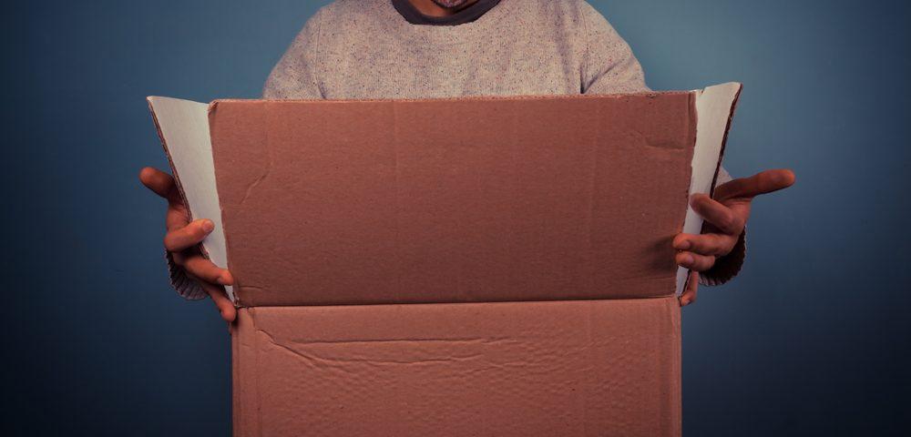 мужчина с коробкой, via shutterstock