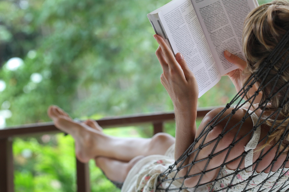 девушка отдыхает, via shutterstock