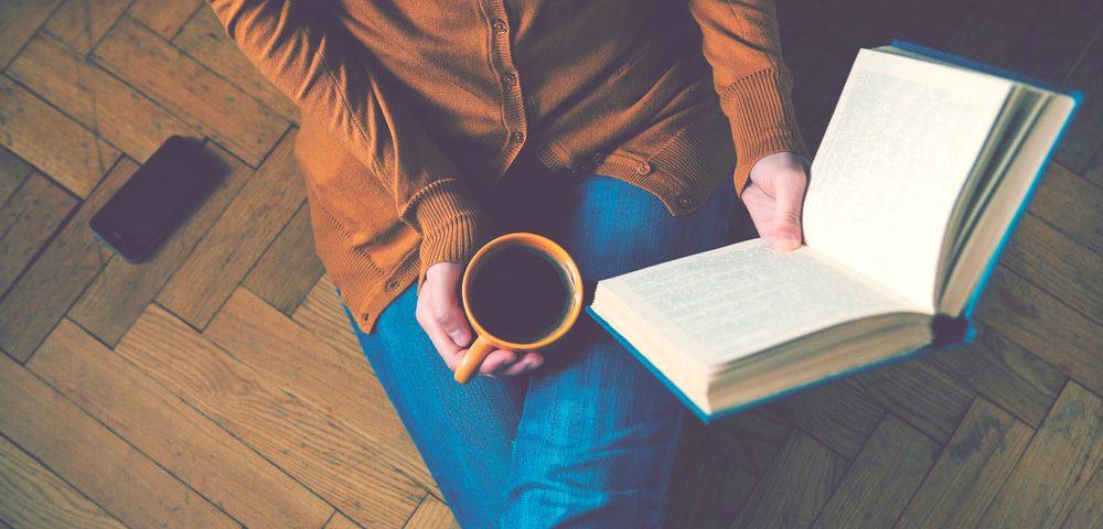 девушка с книгой, via shutterstock