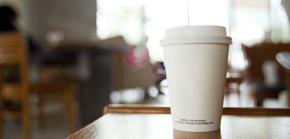 стаканчик с кофе, via shutterstock