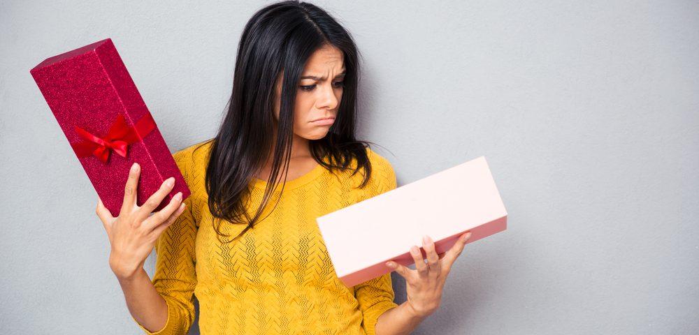 девушка с коробкой, via shutterstock