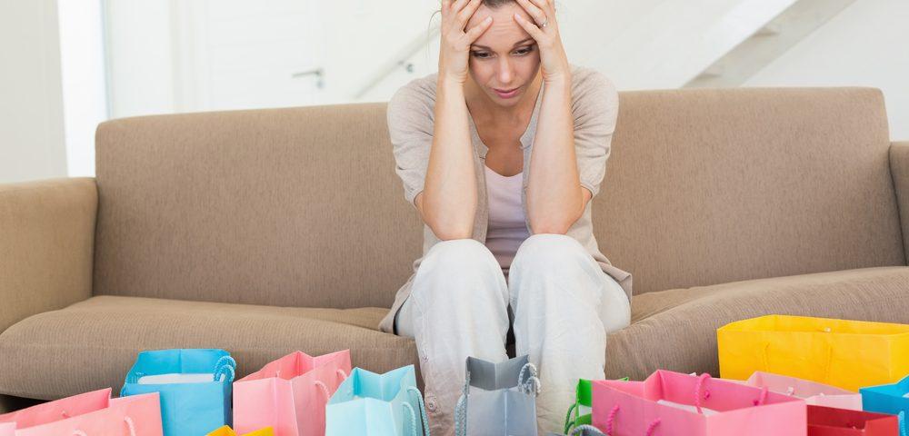 девушка смотрит на количество покупок, shutterstock