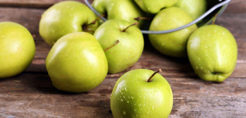 ведро с яблуками, via shutterstock