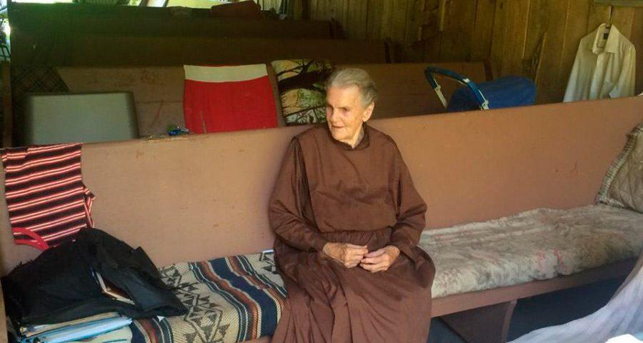 88-летняя отшельница живет в доме в горах