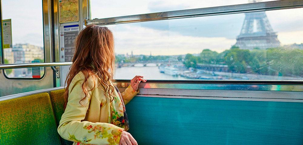 Девушка едет в поезде
