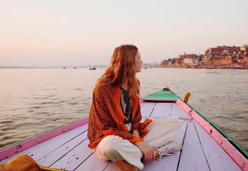 Девушка сидит на лодке