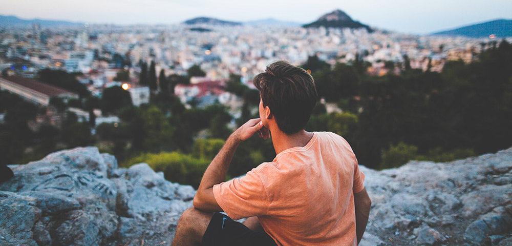 Мужчина смотрит на город