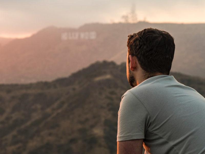 Мужчина смотрит на закат