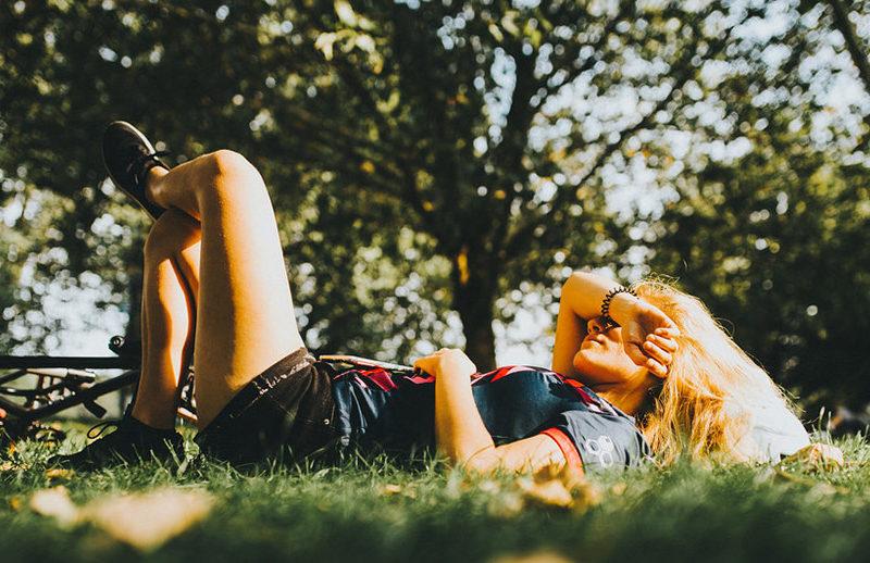 Девушка на траве в парку