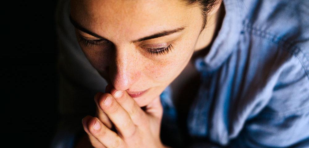 «Улыбающаяся депрессия»: Почему это опасно, когда внешне счастливый человек внутри подавлен
