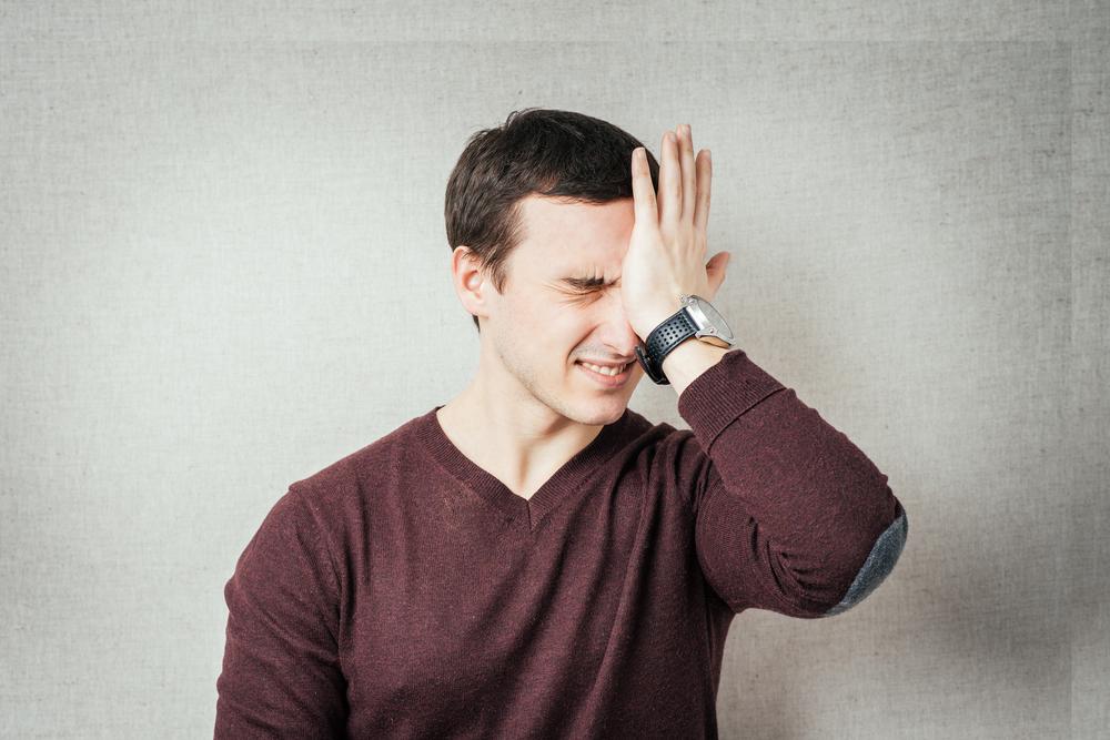 мужчина держится рукой за голову, via shutterstock